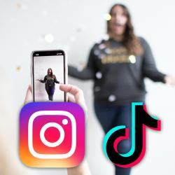 Quelqu\'un prend une photo et logo Instagram et TikTok