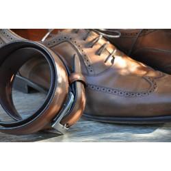 Une ceinture coordonnée aux chaussures est le secret d\'un style soigné.