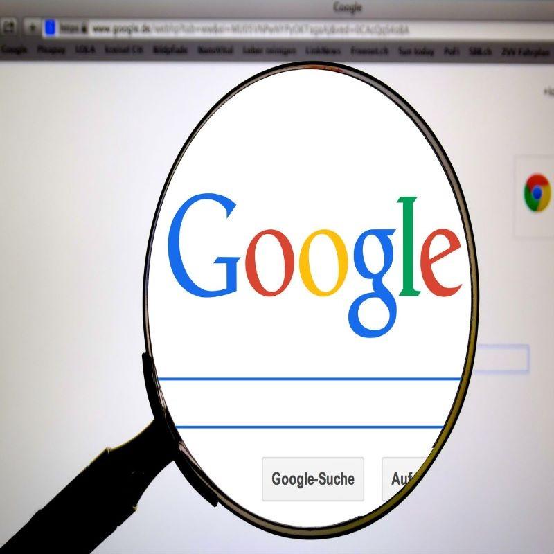 Une loupe agrandit le logo Google sur un écran d\\\\\\\\\\\\\\\\\\\\\\\\\\\\\\\\\\\\\\\\\\\\\\\\\\\\\\\\\\\\\\\'ordinateur