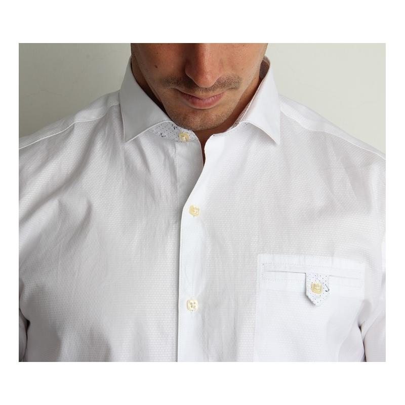 La chemise blanche, un vêtement qui sait s\'adapter
