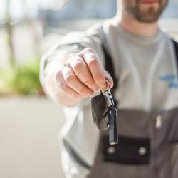 Homme qui tend des clés de voitures