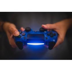 Image représentant une personne en train de jouer à la Playstation