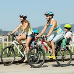 Une famille à vélo avec casques