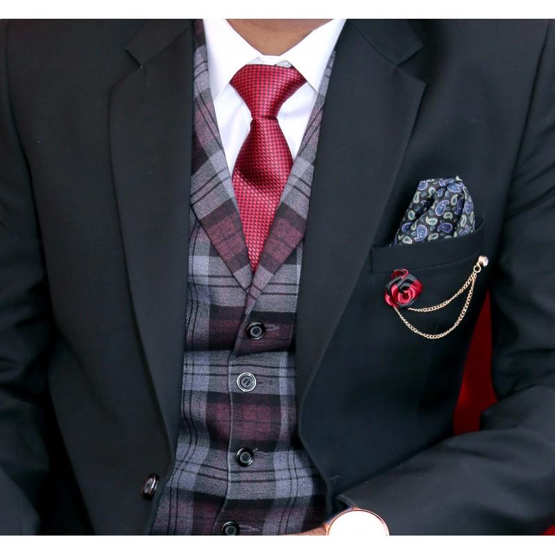 Homme portant un costume avec un gilet sans manche au motif écossais