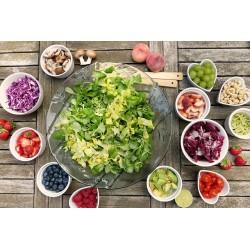 Une table sur laquelle sont posés les composants d\\\\\\\'une salade