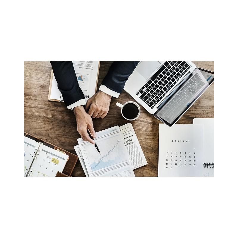 plan de travail avec ordinateur et individu