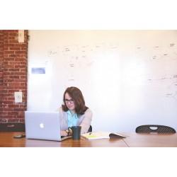 femme recevant un ordinateur
