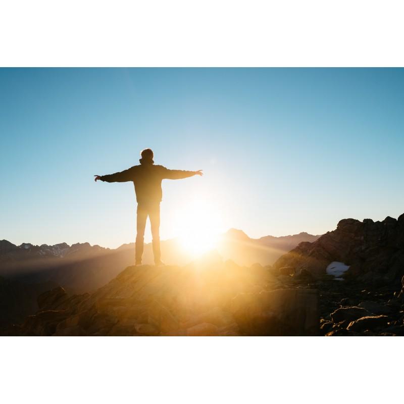 Homme face à un lever de soleil