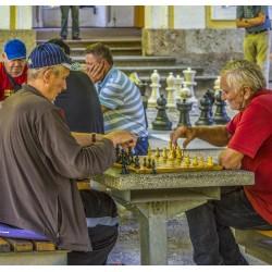 Seniors jouant aux échecs