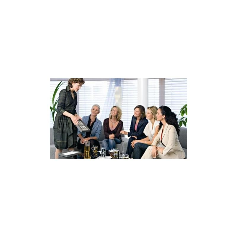 Un groupe de femmes assistent à une présentation de vente directe