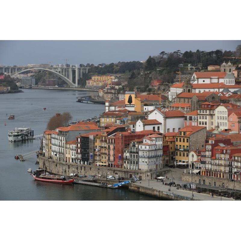 La ville de Porto au Portugal et ses fameuses caves de Porto sur les rives du Douro.