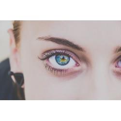 Scupter son regard grâce à la poudre pour sourcils