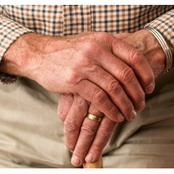 Mains d\'une personne âgée