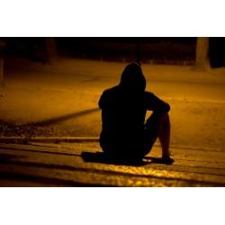 Homme assis et seul