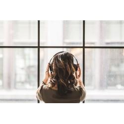 femme écoutant un podcast