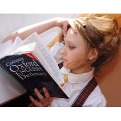 Jeune fille lisant un dictionnaire d\'anglais