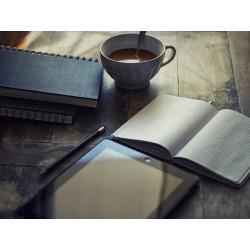 tablette et bloc-note sur un bureau