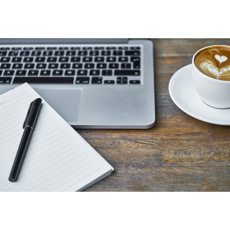 Clavier d\\\'ordinateur, cahier et tasse de capuccino