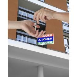 Remise de clé devant un panneau à louer