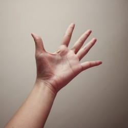 Pilates et yoga : comment placer ses mains dans certaines postures pour ne pas se faire mal au poignet ?