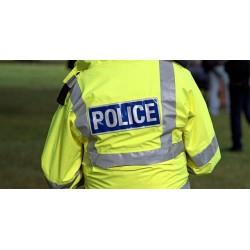 Homme portant un chasuble de la police