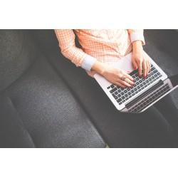 femme assise sur un canapé avec un Chromebook sur les genoux