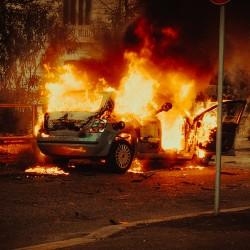 Voiture en feu après une émeute